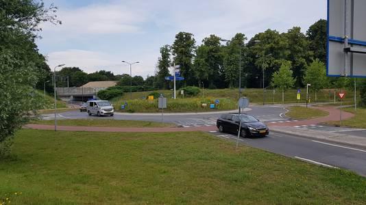 De rotonde vanaf de Randweg gezien. Hier moet ergens de nieuwe oprit voor het Van der Valk Hotel komen.
