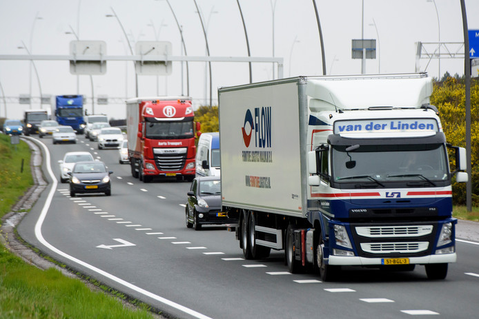 Vrachtwagens op de N2 bij Eindhoven.