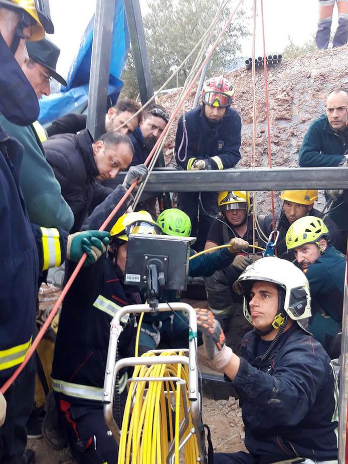 Bij de reddingsactie zijn tientallen reddingswerkers betrokken.