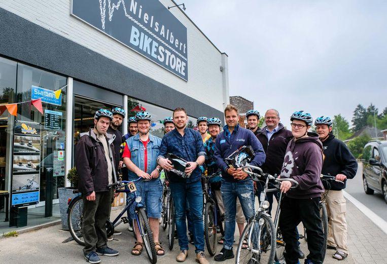 Enkele bewoners van Huize De Veuster gingen hun nieuwe aanwinst gisteren enthousiast bij de Niels Albert Bike Store ophalen.