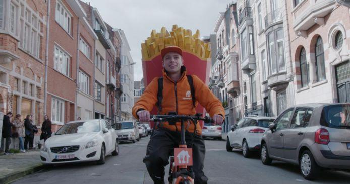 Un cornet de frites géant dans les rues de Liège.