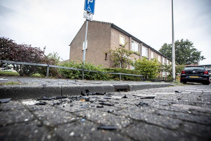 De stille getuigen op straat,  nadat een rolstoelbus is opgeblazen met vermoedelijk zwaar vuurwerk.