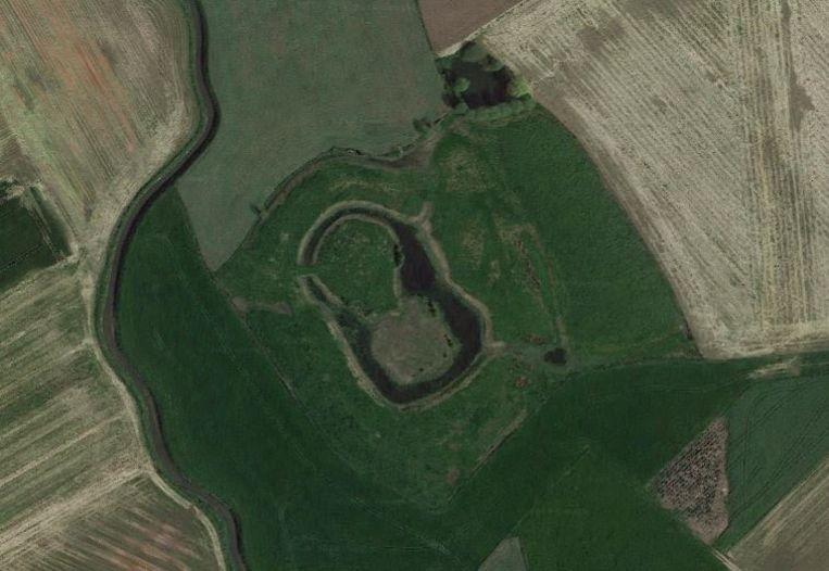 Vanuit de lucht kan de dubbele mote mooi worden onderscheiden. In de toekomst zal de geschiedenis van deze site verder worden onderzocht.