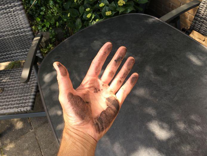 Meerdere inwoners van Hoek van Holland klagen over neerdalend zwart stof.