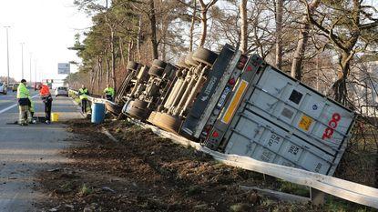 Vrachtwagen kantelt op E313