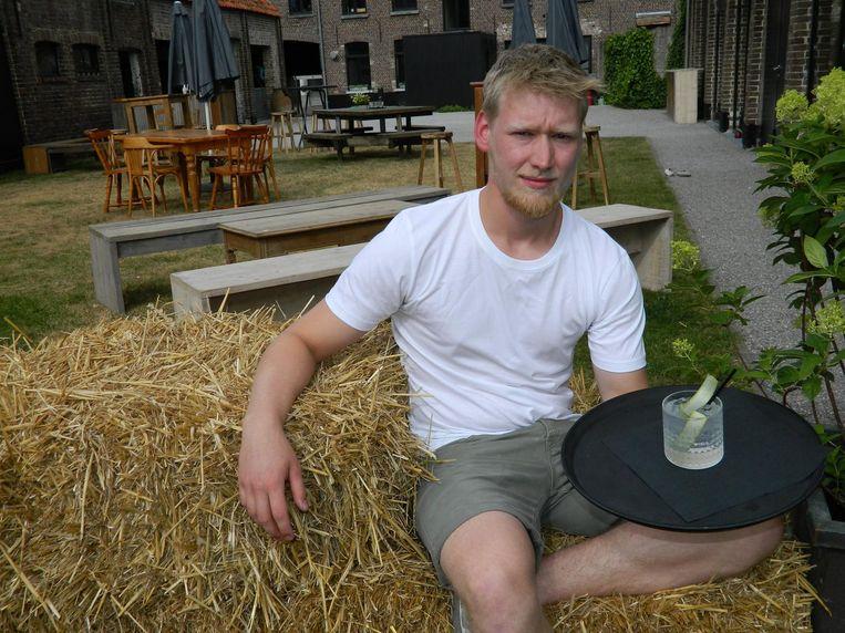 Lowie Van Nevel in de tuin van zijn 'Schuur van Eden'.