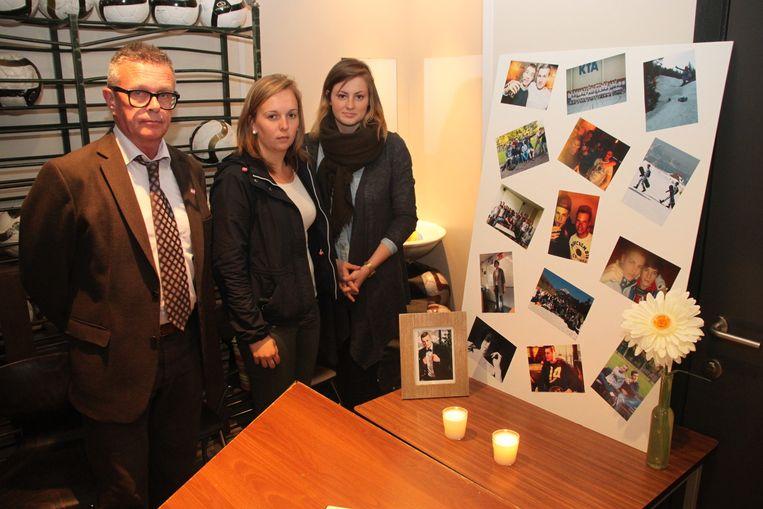 Directeur Geert Verbruggen met klasgenotes Axelle De Boeck en Danielle Praem bij het rouwhoekje in de school.