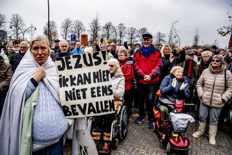Belangstellenden tijdens een manifestatie om de zorgverleners van het MC Zuiderzee ziekenhuis een hart onder de riem steken. Beeld ANP