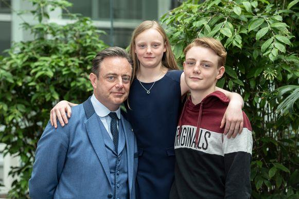 Bart De Wever met zijn jongste kinderen Liesbet en Simon.