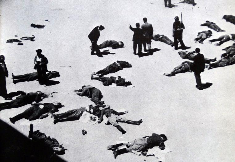 Slachtoffers en overlevenden na de inname van de kazerne van Montaña door antifascistische milities in Madrid, juli 1936. Beeld Getty