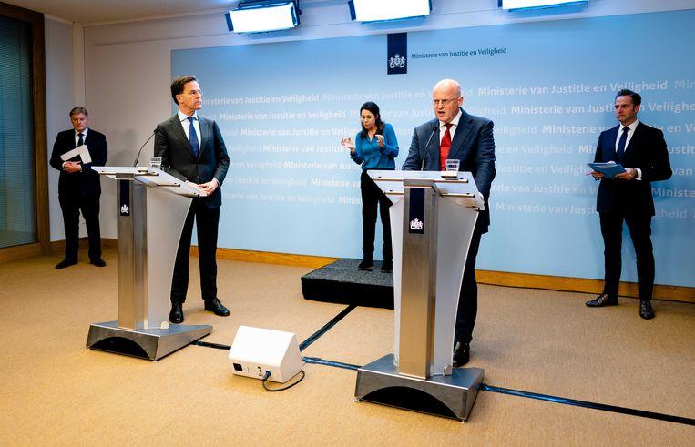 Premier Mark Rutte kijkt naar Ferdinand Grapperhaus, minister van Justitie en Veiligheid.