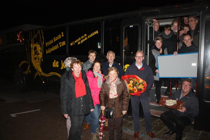 Pastoor Casper Pikkemaat (met bloemen) krijgt in Tubbergen een groots onthaal bij zijn aankomst.
