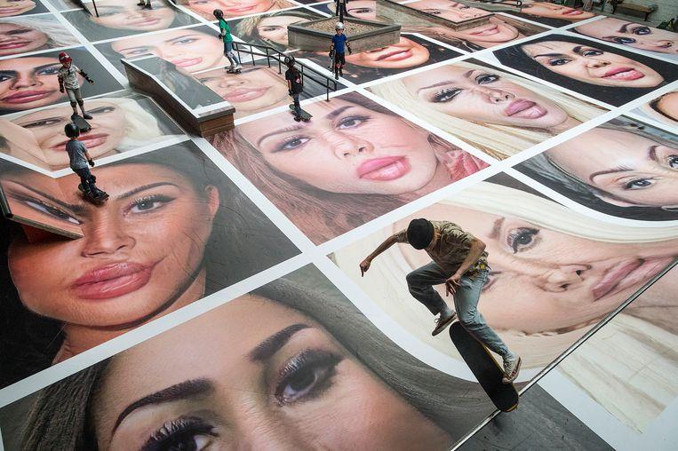 De fictieve portretten van Erik Kessels op de vloer van skatehal Pier15 in Breda. Beeld Ron Magielse / Pix4Profs
