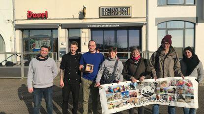 Bistroom De Baron schenkt Proper Strand Lopers mooie cheque