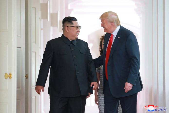 De Koreaanse leider Kim Jong-un in een geanimeerd gesprek met de Amerikaanse president Donald Trump.