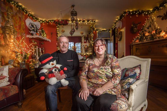 Het huis van Marja Ebbinkhuijsen en Tjeert Romberg is vergeven van de kerstspullen en -lichtjes. Maar: ,,Er moet balans zijn.''
