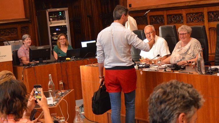 Christaan Van Bignoot groet het schepencollege in zijn short