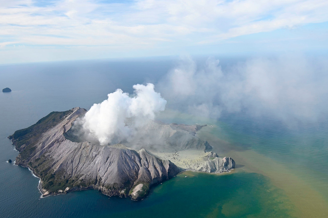 Deze luchtfoto toont White Island na de vulkaanuitbarsting.