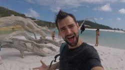Arne zeilt door stormweer naar witste strand ter wereld