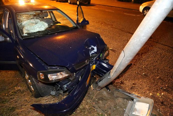 Joyrider ramt lantaarnpaal met auto van zijn zus