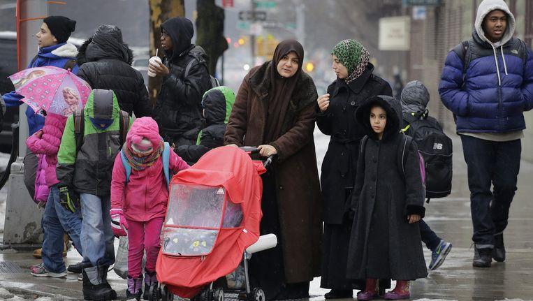 Moeders halen hun kinderen van school aan het einde van een schooldag in Brooklyn, New York. Beeld ap