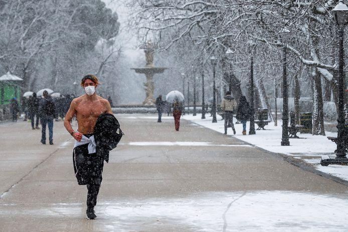 Deze jogger in het El Retiro-park laat zich alvast niet afschrikken door koude en sneeuw.