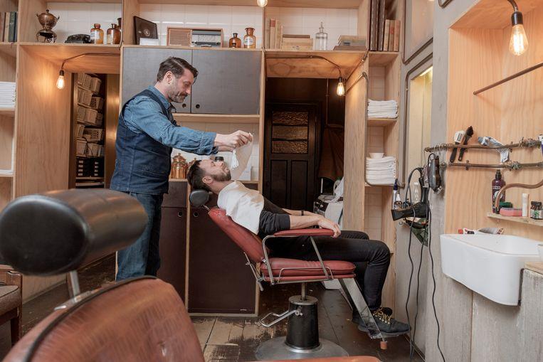 Barber in de Binnen Oranjestraat Beeld Jakob Van Vliet