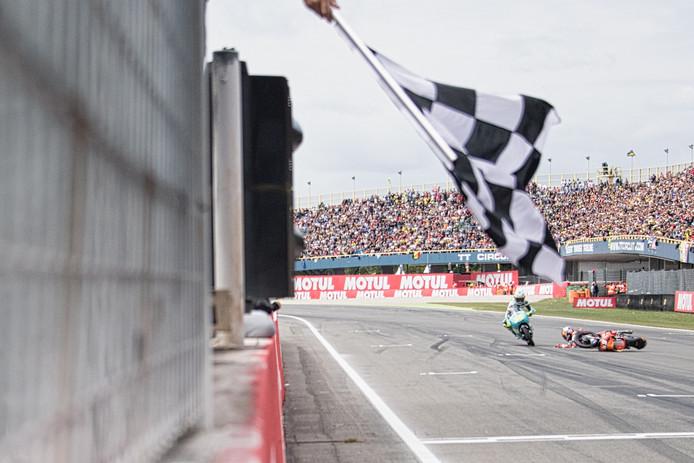 Bo Bendsneyder gaat vlak voor de finish van de GP van Nederland onderuit en gaat glijdend over de finish.