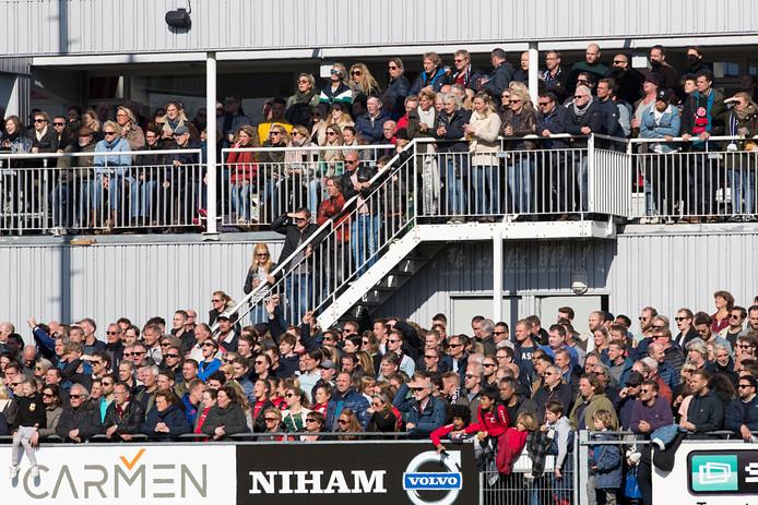 Volle tribunes bij HBS, tijdens de jongste derby tegen Quick.