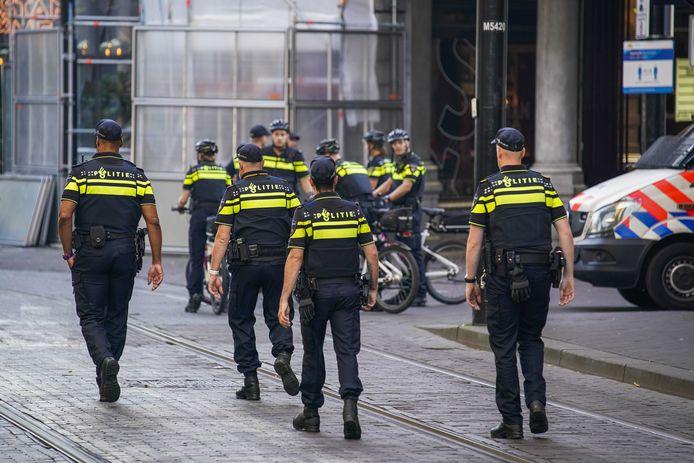 Politieagenten in de omgeving van de Grote Kerk op Prinsjesdag. Vanwege de coronacrisis ziet Prinsjesdag er anders uit dan normaal. Veel van de ceremoniële onderdelen gaan niet door en publiek is niet welkom.
