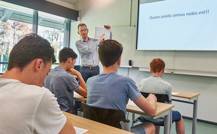 Op Bernrode in Heeswijk Dinther krijgen leerlingen Latijnse les door docent Jan Bart van het Ichthuscollege in Veenendaal. Met Latijn als voertaal!