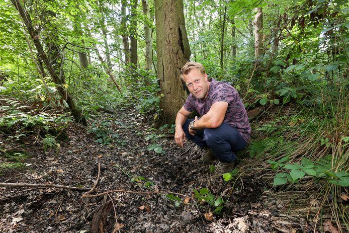 Mark Scheepens in een sloot waar de kieuwpootkreeft leeft vanaf januari.