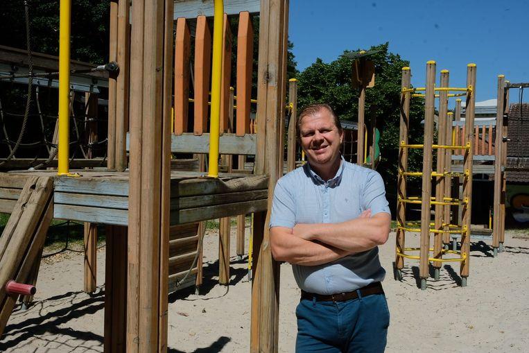 Schepen Sven Willekens bij de huidige speeltuigen in speelzone 'Het Meiveld' in Overijse.