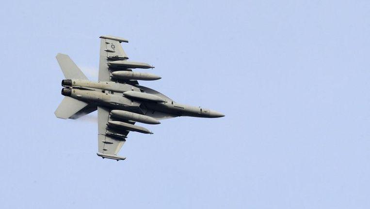 Een F18 Hornet-gevechtsvliegtuig van de Amerikaanse marine boven een NAVO-basis in Noord-Italië. Beeld reuters