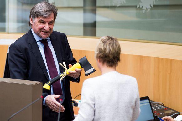"""Ooit overhandigde Vandaele een bijl aan toenmalig minister van Leefmilieu Joke Schauvliege (CD&V) om haar aan te manen """"knopen door te hakken in het dossier van de bescherming van kwetsbare bossen""""."""