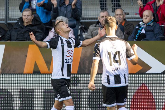 Kristoffer Peterson en Mo Osman vieren een doelpunt van Heracles tegen FC Emmen.