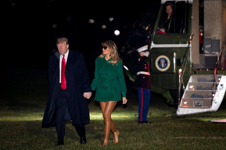Melania Trump met groene jas en bruine broek.