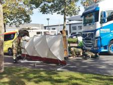 E-biker bekneld onder vrachtwagen na aanrijding op Nijverheidsweg-Noord