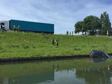 Auto belandt onderaan Maasdijk na botsing