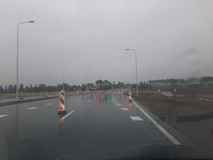 De vernieuwde en verbrede Karstraat tussen de A15 bij Bemmel en de bedrijventerreinen Pannenhuis en Bergerden.