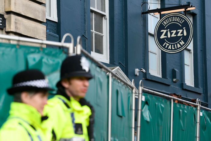 Politie nabij de afgesloten pizzeria.