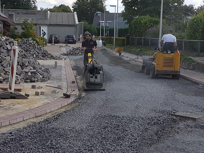 Een nieuw wegdek moet wateroverlast op 't Lange voorkomen.