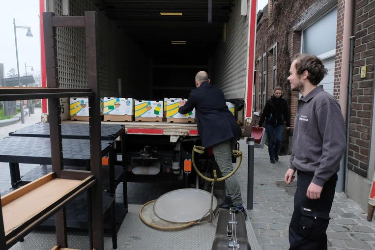 De eerste vrachtwagen wordt gevuld met kartonnen dozen.