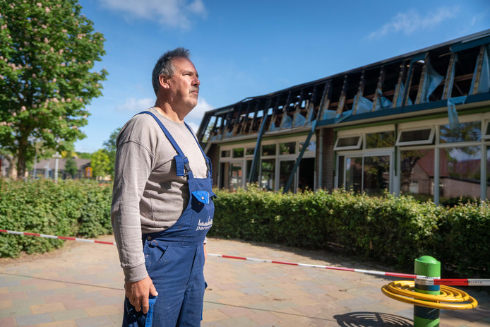 """Buurman Johan van Roekel bij de brandschade in de gevel van de Albert Schweitzerschool. ,,Mijn vriendin belde 1-1-2. Ik heb direct de tuinslang uitgerold en ben gaan blussen."""""""