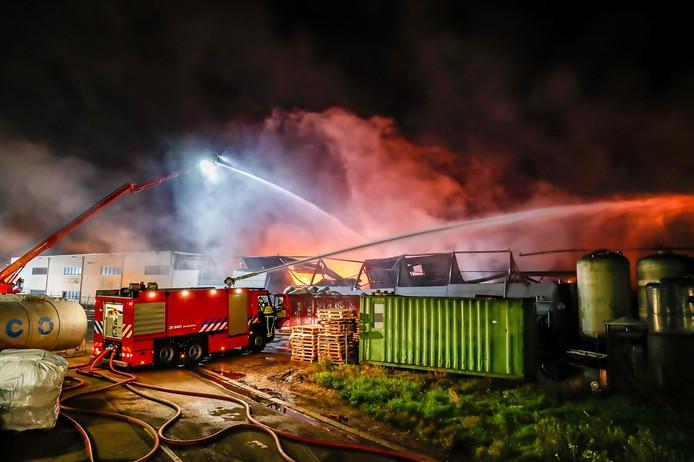 De brandweer was druk in de weer met blussen.