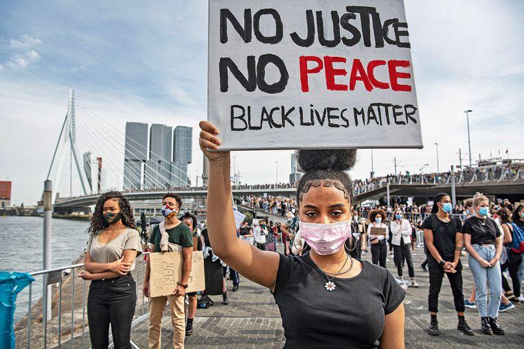 Demonstranten bij de Erasmusbrug eren en herdenken woensdag George Floyd, de Amerikaanse zwarte man die vorige door politiegeweld om het leven kwam. Beeld Guus Dubbelman / de Volkskrant