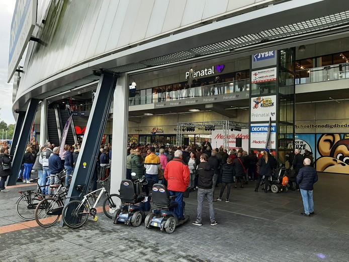 Frans Bauer bij de Mediamarkt in Apeldoorn.