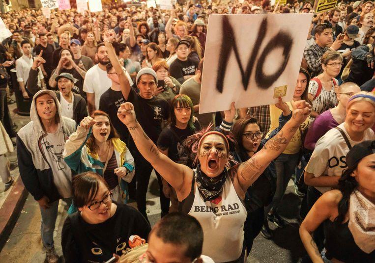 Demonstranten in Los Angeles protesteren tegen de verkiezing van Donald Trump, enkele dagen na de verkiezingsuitslag. Beeld AFP