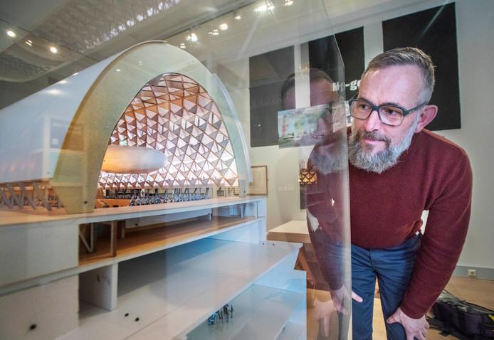 Een bezoeker bekijkt de maquette van het Spuiforum van Neutelings Riedijk Architecten uit 2010.