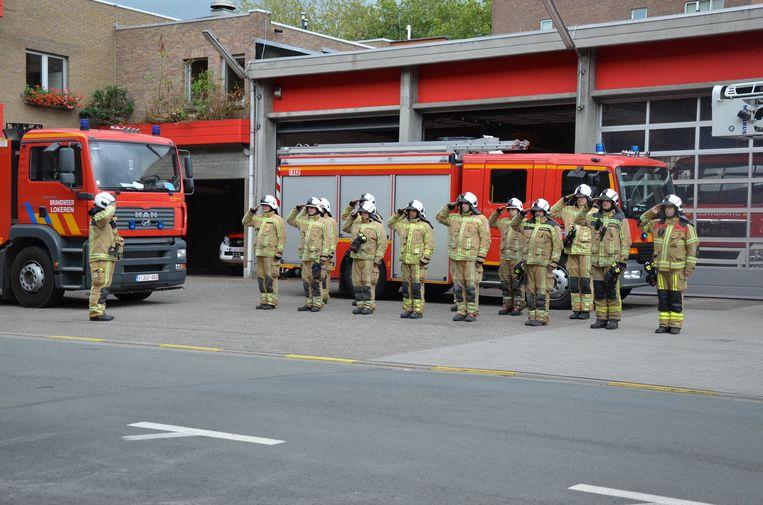 De Lokerse brandweerlieden namen een minuut stilte in acht voor hun overleden collega's.